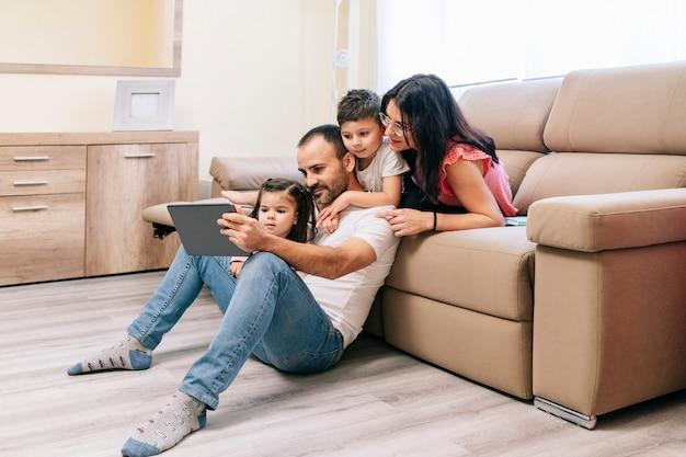 テクノロジーを備えたリビングルームで過ごす家族