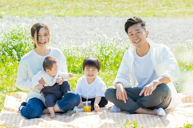 ピクニックで記念写真に収まる家族