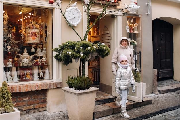 家族が新年の街ビリニュスを歩き回るリトアニア