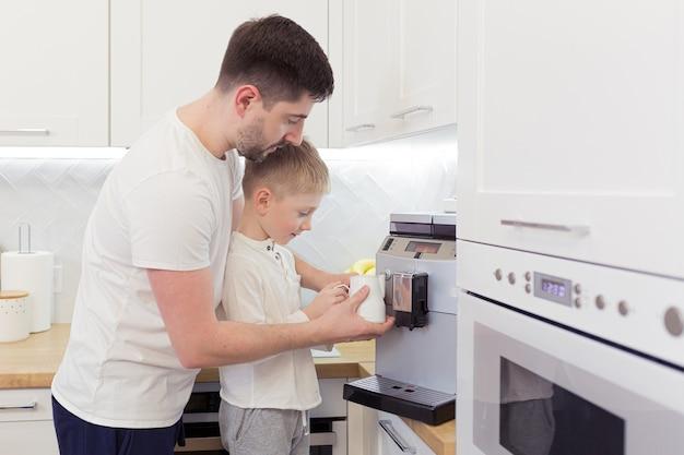 아버지와 어린 아들이 아침에 커피를 만들다