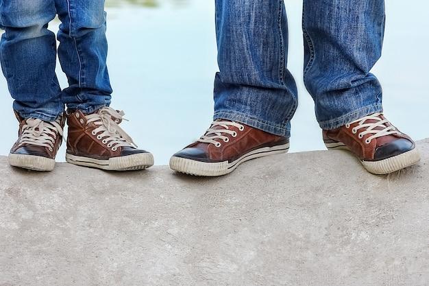 公園旅行で自然の中で幸せな親と子の足
