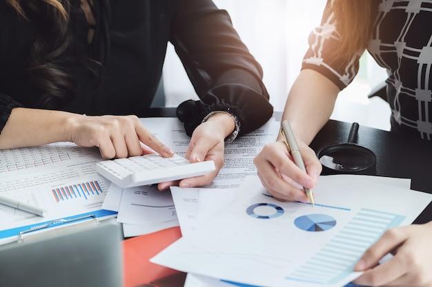 Женщина-консультант по бизнесу описывает маркетинговый план по разработке бизнес-стратегий для женщин-владельцев бизнеса.