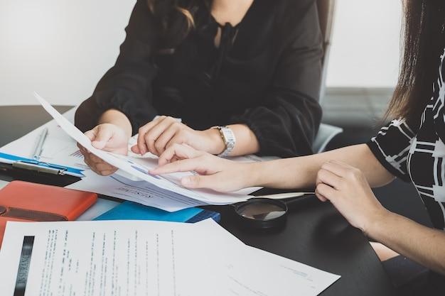 女性経営コンサルタントは、女性経営者のためのビジネス戦略を設定するためのマーケティング計画について説明します。