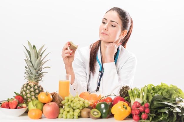 女性栄養士が机に座っている