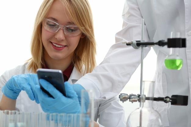 化学実験室の女性医師が