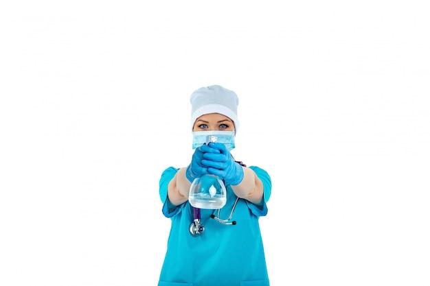 Женщина-врач в форме использует дезинфицирующее средство и держит его перед собой