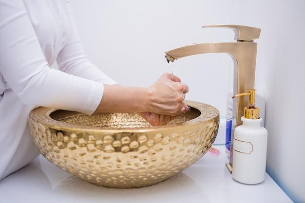 女医が手を洗う