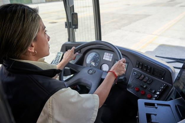 バスで働く女性ドライバー