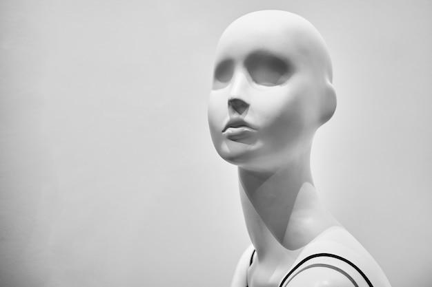 女性のマネキン。黒と白の写真。コピースペース。