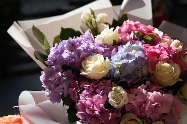 日光の下でバラとアジサイの花束のお祝いの花束。花の背景 Premium写真