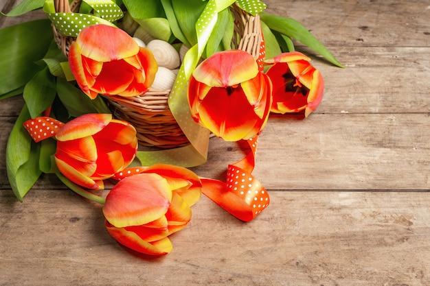 빈티지 나무 테이블에 신선한 튤립의 축제 꽃다발