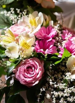 장미와 다른 여름 꽃의 축제 꽃다발. 꽃 배경