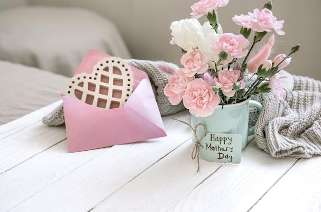 꽃병에 신선한 꽃, 장식 요소 및 엽서에 행복 한 부활절에 대 한 소원 축제 구성.