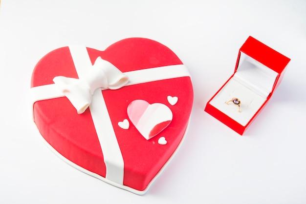 Праздничный десерт в форме сердца.
