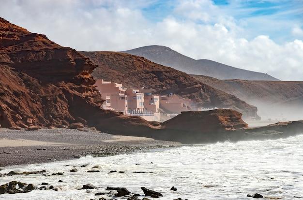 Несколько зданий на пляже legzira в марокко