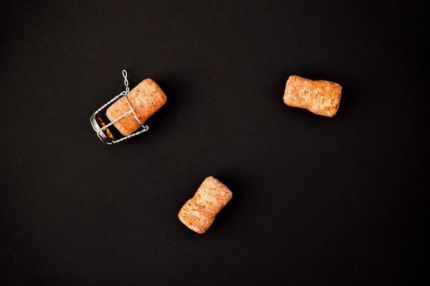 검정색 배경에 몇 가지 샴페인 또는 와인 corks. 휴가를위한 음료. 배경과 질감.
