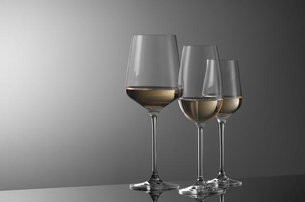 明るい背景に数杯のワイン