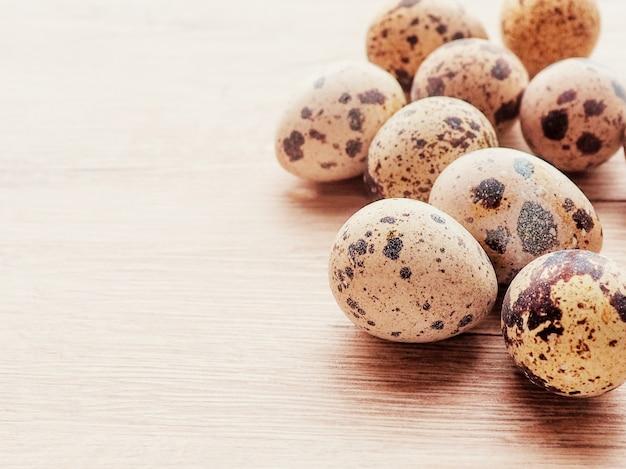 Крупным планом несколько перепелиных яиц, открытка на пасху.