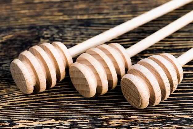 蜂蜜用のいくつかのシンプルな木の棒、養蜂に役立つアイテムのクローズアップ