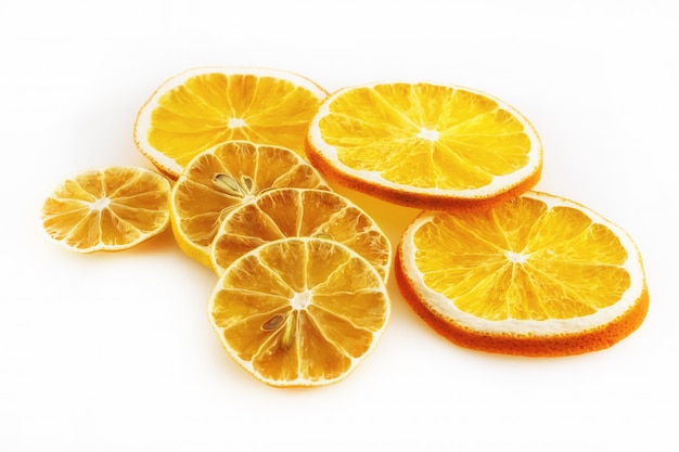 白い背景の上のオレンジとレモンのいくつかのスライス。