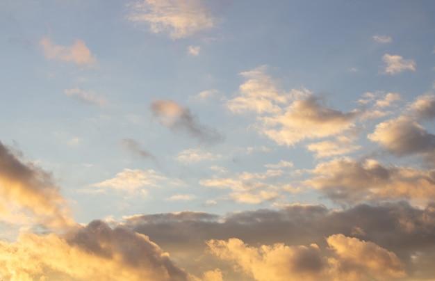 불 같은 주황색 일몰 하늘. 구름과 아름 다운 하늘입니다.