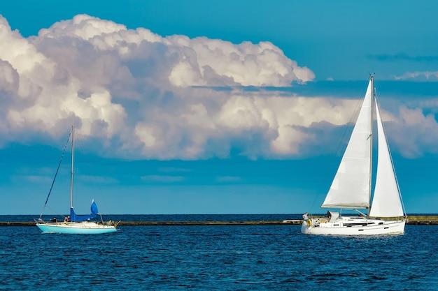バルト海を航行しているヨットはほとんどありません。夏の旅