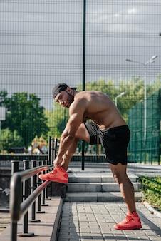 Фитнес спортсмен тренируется на спортивной площадке. здоровый образ жизни