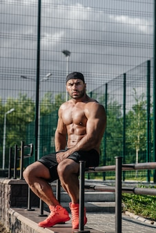 フィットネスアスリートは、スポーツフィールドでトレーニングします。健康的な生活様式。