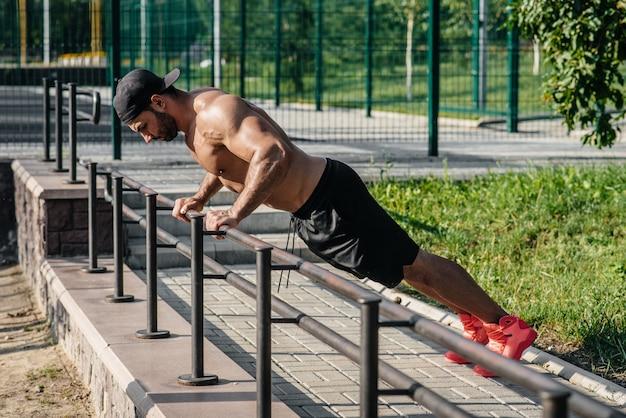 フィットネスアスリートは、スポーツフィールドでトレーニングします。健康的な生活様式
