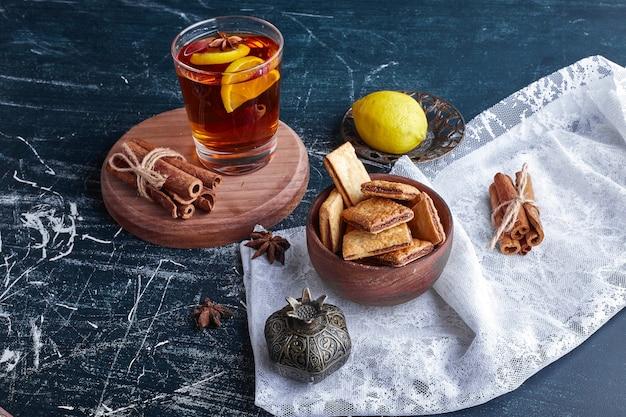 クラッカーとお茶のフラス。