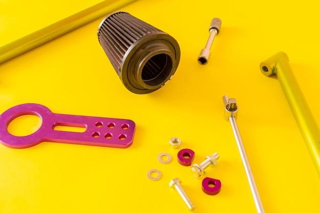 Детали автозапчастей плоской планировки, изолированные на столе, минималистская концепция