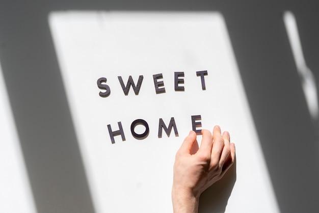 평평한 누워 잘라 문자와 테이블 위에서 홈 아이콘 기호보기