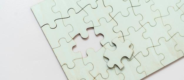 空白のパズルジグソーパズルのフラットレイ、ソリューションと設計のコンセプト