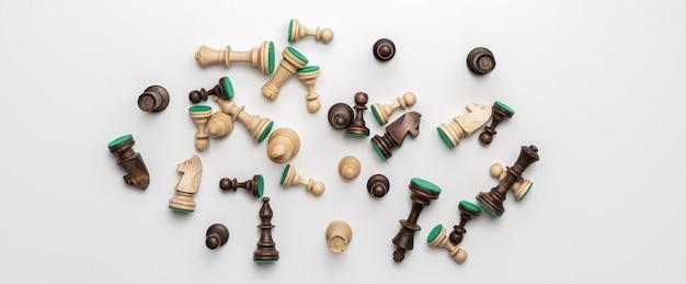 いくつかの異なる黒と白のチェスの駒の平らな敷設、分離された、シンプルなミニマルなコンセプト