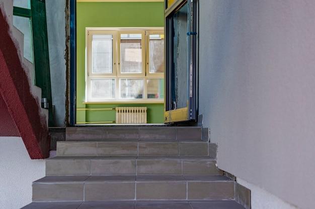 Лестничный марш в строящемся доме. выход в лесную зону. реконструкция дома.