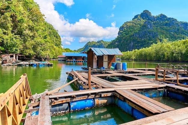 Плавучая рыбная ферма на острове лангкави в малайзии.