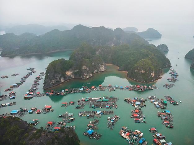 ベトナム北部のハロン湾に浮かぶ漁師の村。上面図、航空写真、 Premium写真