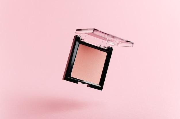 ピンクにピンクのチークの空飛ぶパッケージ