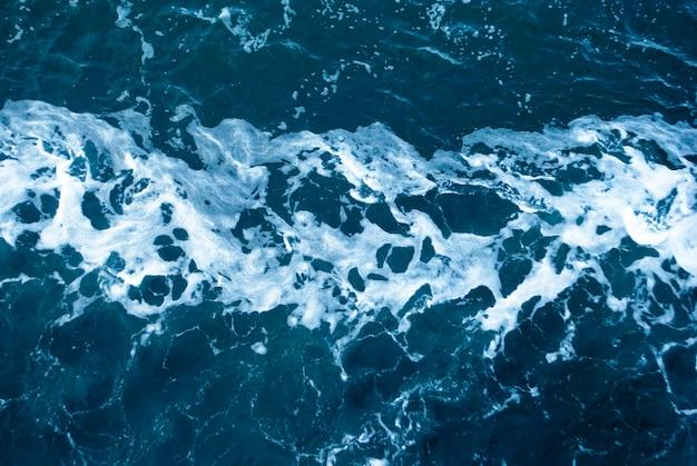 海の深部にあるチュニジアのウェーブトレイルの地中海の表面にある過去の船からの泡と痕跡
