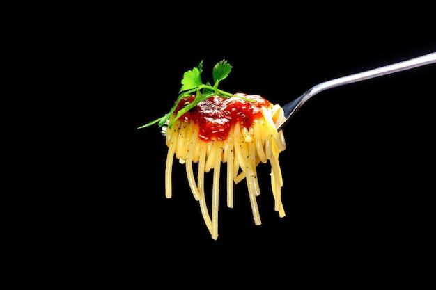 Вилка с томатным соусом для спагетти и базиликом