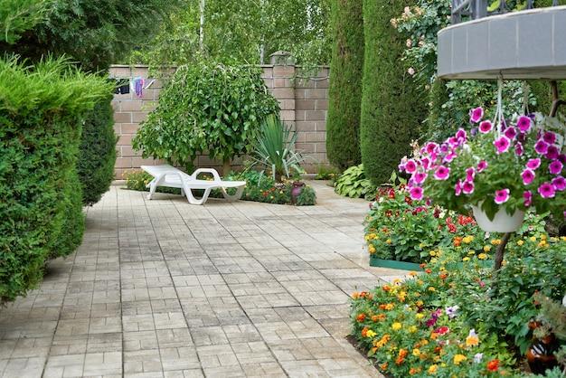 식물과 선베드가 있는 레크리에이션 구역의 조각