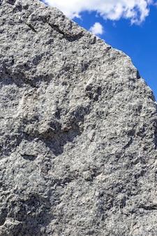 푸른 하늘 배경에 바위 조각 자연 배경과 돌 질감