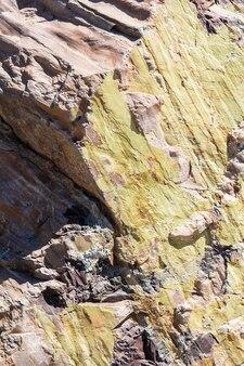 山の頁岩で作られた岩のレリーフの断片自然な質感と石の背景
