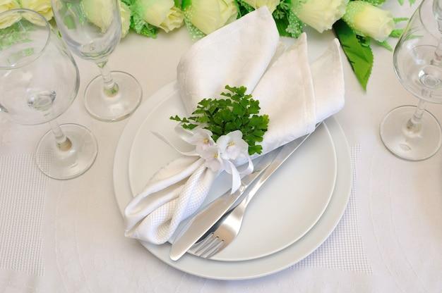 スミレとリボンでお祝いのテーブルクロスを提供する断片