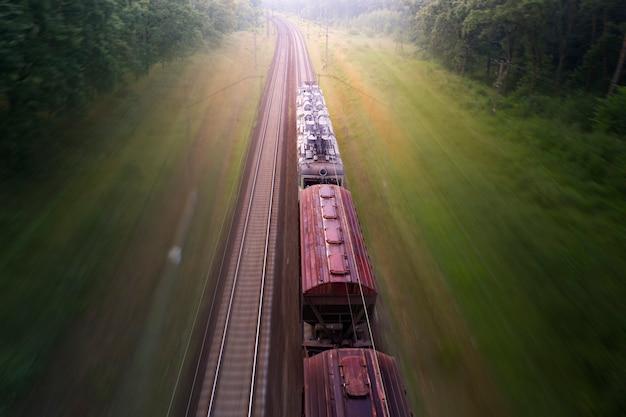 貨物列車は霧の森を通過します。