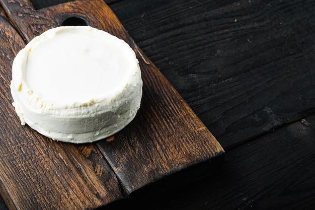 검은 나무 테이블에 나무 보드에 신선한 리코 타 치즈