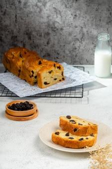 Свежеиспеченная шоколадная бабка или хлеб бриошь