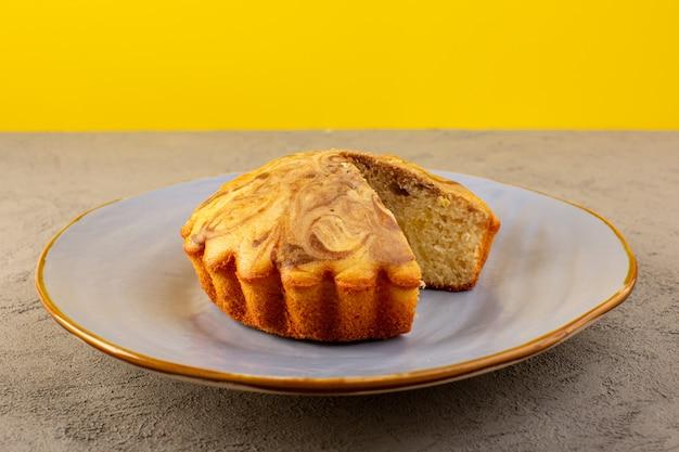 Фронт закрытый вид сладкий торт вкусный вкусный шоколадный торт нарезанный внутри синей тарелке