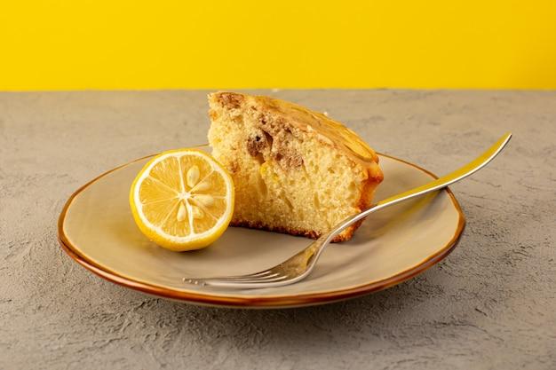 Фронт закрытый вид сладкий кусок торта вкусный вкусный шоколадный торт нарезанный внутри бежевая тарелка с кусочком лимона