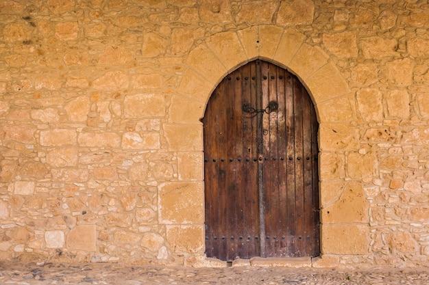 Парадный вход исторического здания с дверью.